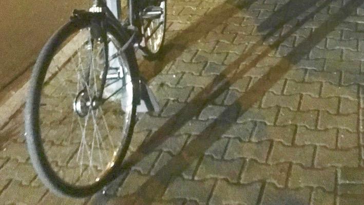Ein Fahrradreifen-Schlitzer schlug nachts zu