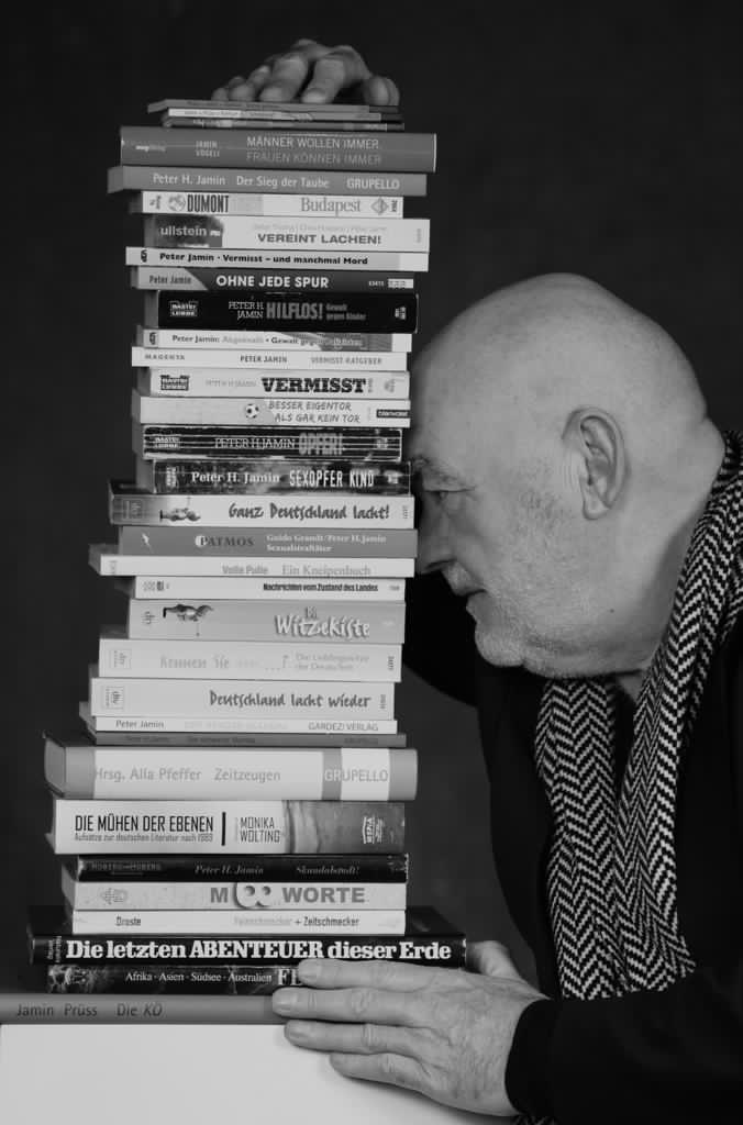 Fotoshooting - der Autor mit seinen Büchern