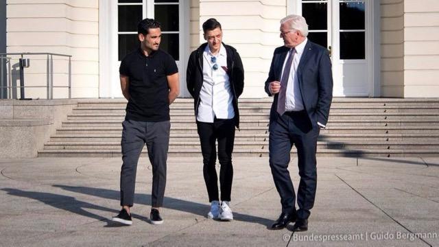Der Bundespräsident als Pressesprecher von zwei Fußballspielern