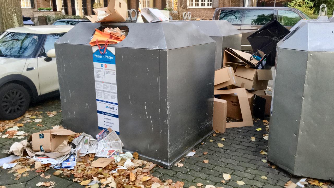 Müll am Papiercontainer: Asoziale Dreckschweine